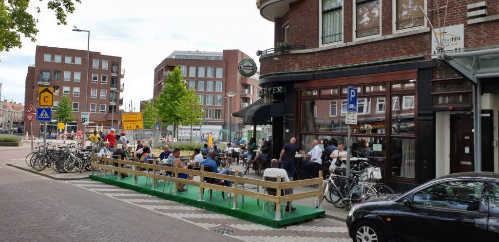 Coronacoaches helpen met terrassen
